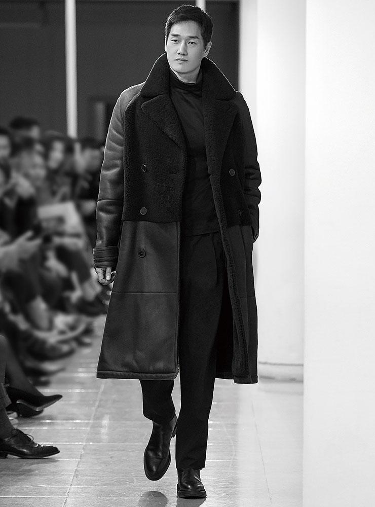 네이비 컬러의 무통 코트와 터틀넥 톱, 팬츠, 첼시 부츠는 모두 Hermès.