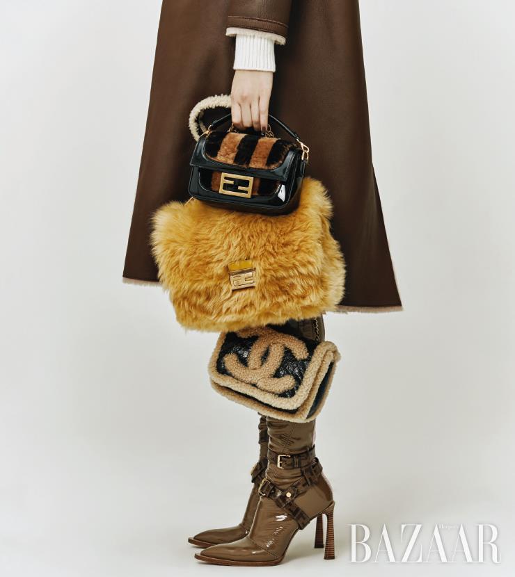 리버서블 무통 코트는 2백38만원 Magpie. 이너로 입은 니트 드레스는 가격 미정 Hermes. (위부터) 스트라이프 패턴으로 퍼가 장식된 바게트 백, 옐로 컬러의 퍼가 돋보이는 체인 백, 사이하이 부츠는 모두 가격 미정 Fendi. 로고 시어링 디테일의 플랩 백은 가격 미정 Chanel.