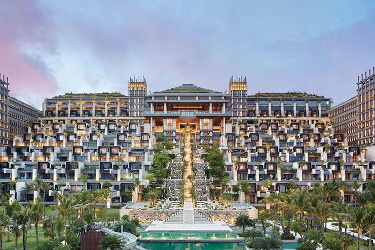 발리인들이 신성시하는 브사키 사원을 재현한 호텔 전경.