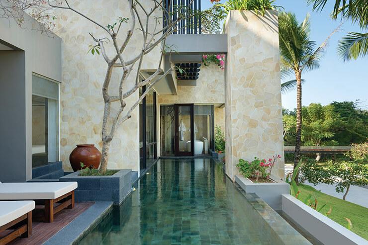 객실에 마련된 크고 작은 개인 수영장에서 휴식을 만끽할 것.