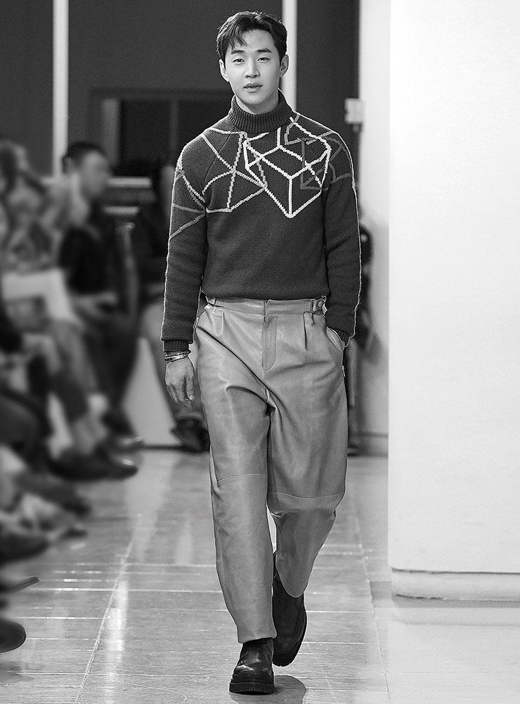 기하학적 패턴의 니트 스웨터와 레더 와이드 팬츠, 앵클 부츠는 모두 Hermès.