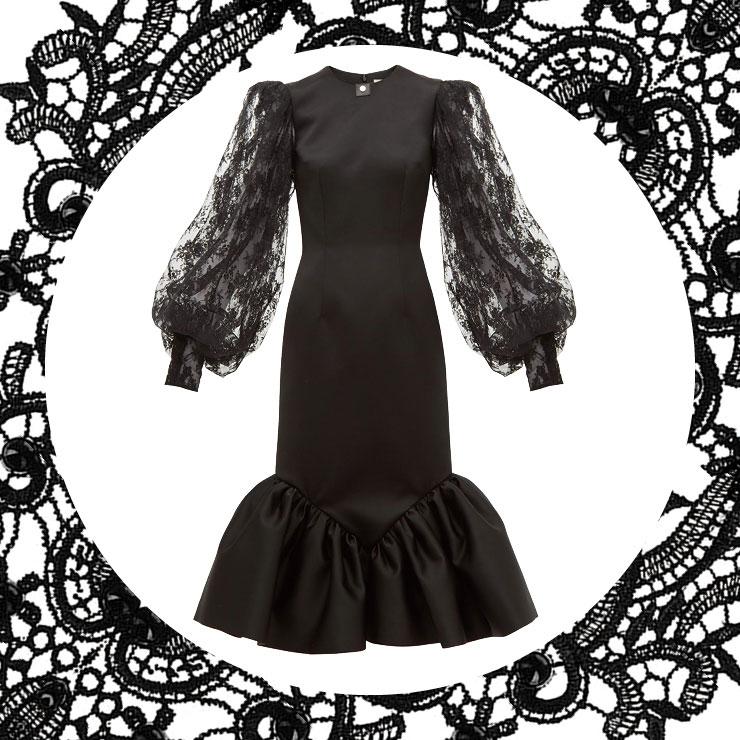 벨라인 소매와 헴라인이 포인트인 레이스 드레스는 2백13만원대, Christopher Kane by Matchesfashion.com.