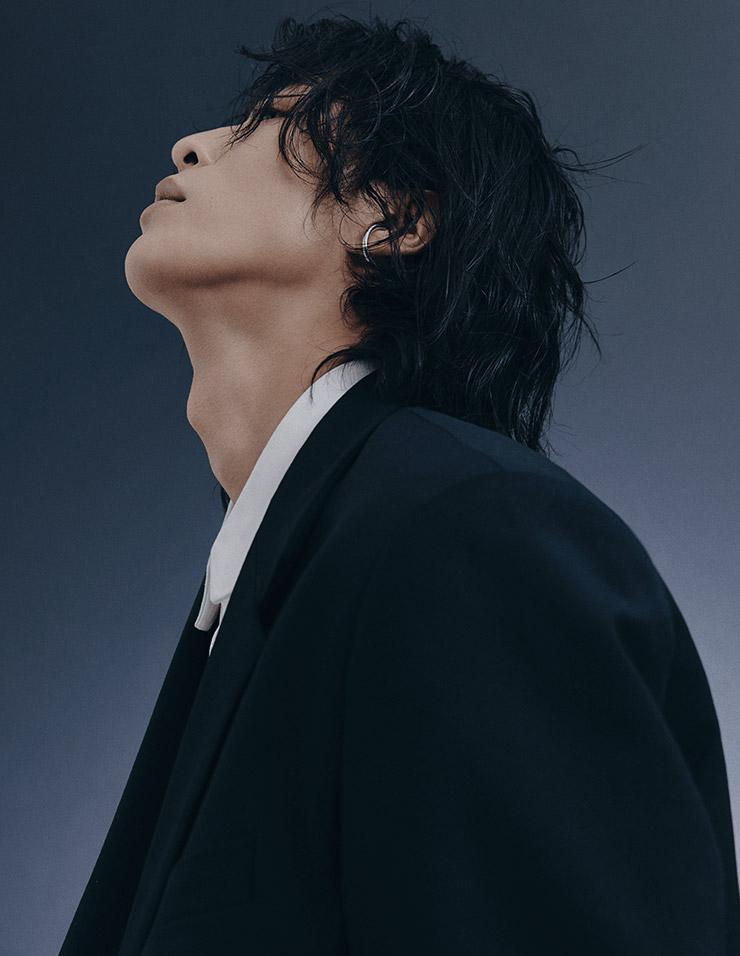블랙 재킷은 스타일리스트 소장품. 셔츠는 Louis Vuitton. 실버 이어 커프는 Portrait Report.