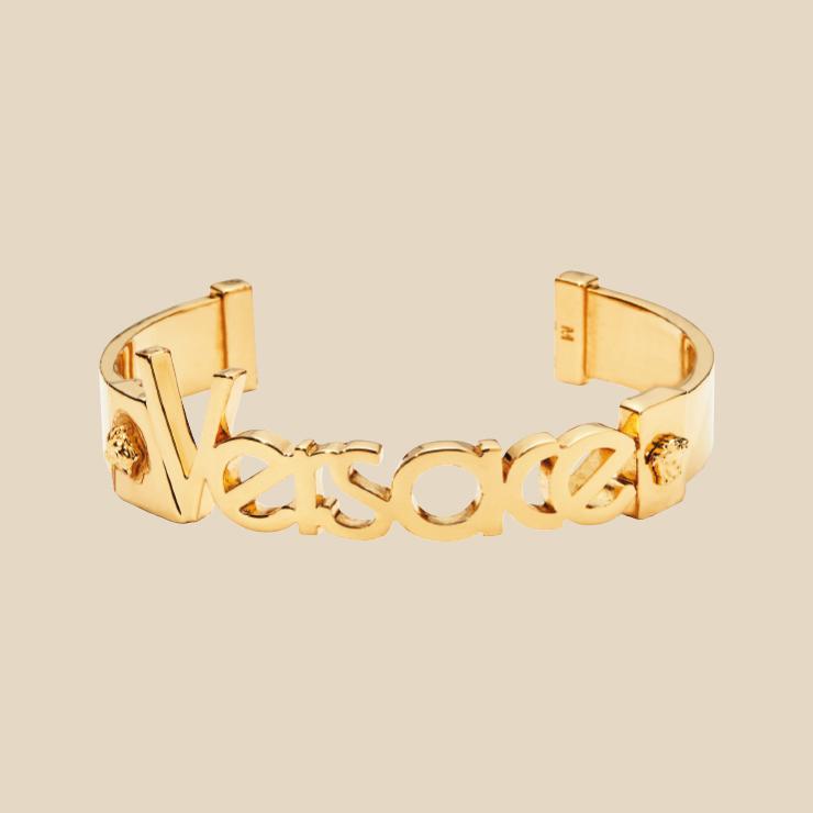 로고 장식 커프는 55만원 Versace.