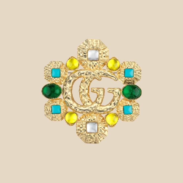 큐빅 장식 브로치는 1백43만원 Gucci.