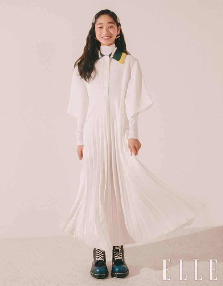 서영이 입은 니트 플리츠 원피스와 풀오버 톱은 모두 Lacoste Fashion show Collection. 진주 이어링은 Tatiana.
