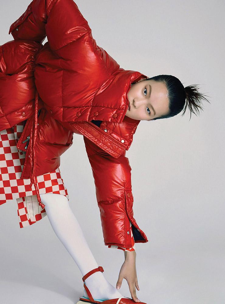레드 컬러의 푸퍼 패딩은 1백69만원, Acne Studios. 체크 패턴이 돋보이는 재킷은 76만8천원, 스커트는 51만6천원, 모두 Pushbutton. 조형적인 굽 장식의 스트랩 슈즈는 가격 미정, Eudon Choi. 스타킹은 에디터 소장품.