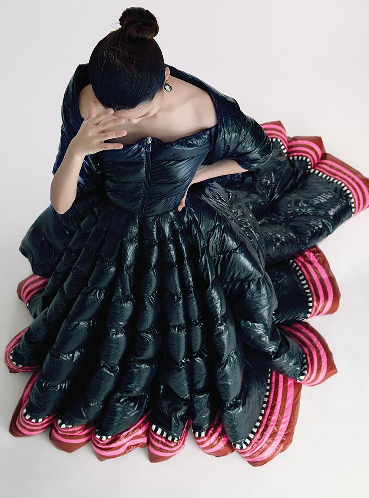 드라마틱한 실루엣의 패딩 드레스와 숄로 연출한 머플러는 가격 미정, 모두 1 Moncler Pierpaolo Piccioli. 이어링은 가격 미정, Dior.