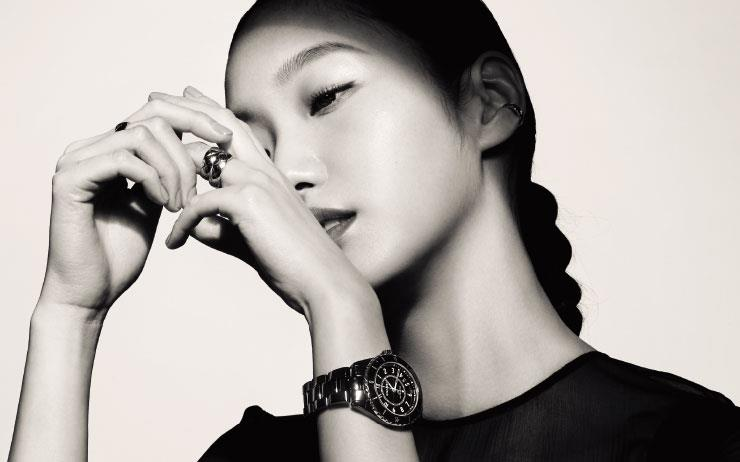 김고은에게 '올해의 시간'에 대해 물었다. 슬픈 눈이 되었다가, 이내 코에 주름을 잡으며 웃었다가, 다시 또 깊은 생각에 잠겼다.