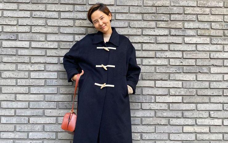 낚시에 사용하는 부표와 비슷한 형태의 토글 단추가 떡볶이를 닮아 일명 떡볶이 코트라고도 불리는 더플코트. 학창 시절을 떠올리는 귀여운 더플코트를 입고 어려진 스타들을 소개합니다.