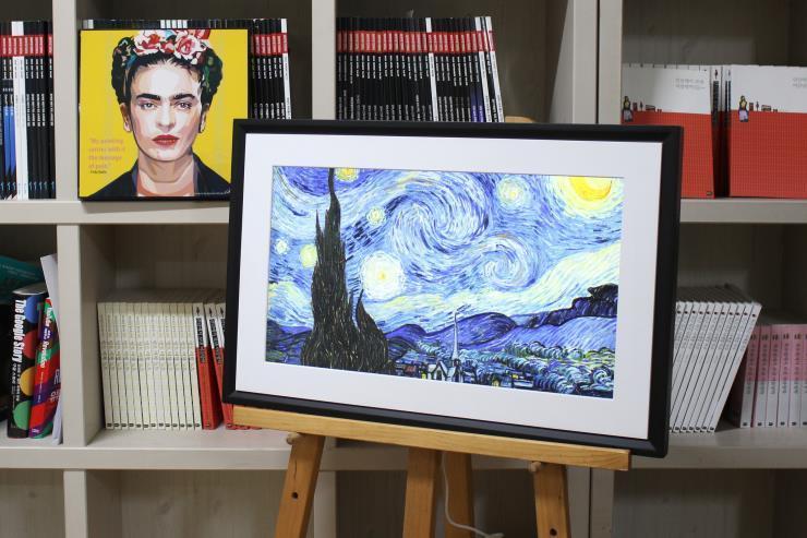 루브르 박물관, 반고흐 미술관 등 세계적으로 유명한 박물관 및 미술관과 파트너십을 체결한 넷기어의 디지털 캔버스 뮤럴.