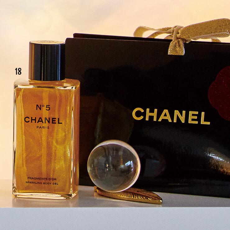 18 드레스 밖으로 드러난 팔다리에 매혹적인 향과 빛을 부여하는 N°5 골드 보디 오일, 13만6천원, Chanel.