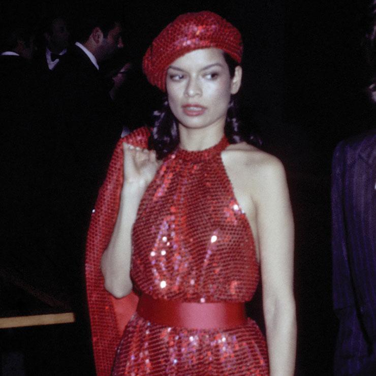 1970년대를 대표하는 패션 아이콘 비앙카 재거의 눈부신 레드 룩! 자칫 과할 수 있는 컬러와 소재지만, 심플하고 우아한 디자인과 그녀의 카리스마 덕분에 그저 아름다워 보일 뿐이다.