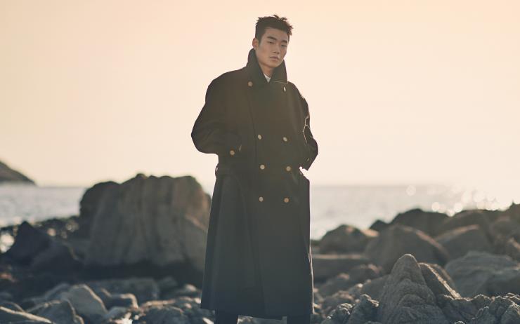 해가 진다. 코트를 입고 서쪽 바다로 갔다.
