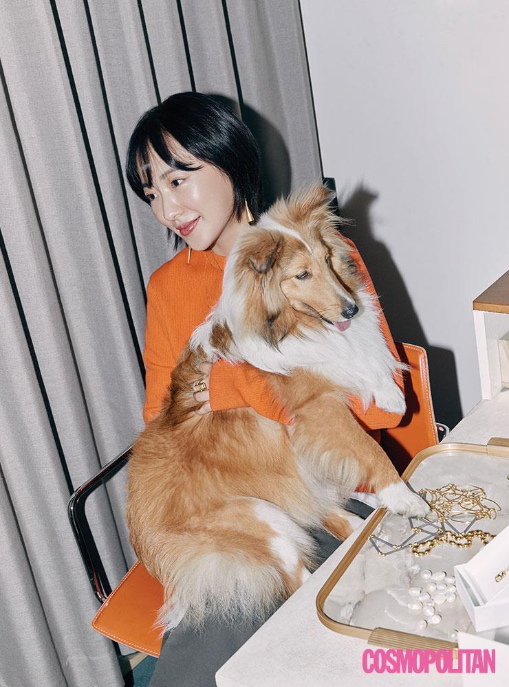 쇼룸엔 늘 그녀의 강아지 감자와 함께 한다.
