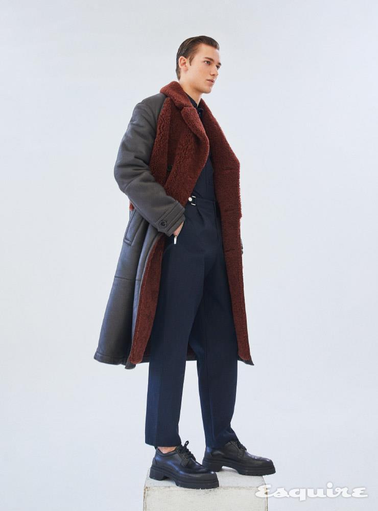 메리노 더블브레스트 코트, 포플린 퀼팅 셔츠, 시카고 팬츠, 슈즈 모두 가격 미정 에르메스.