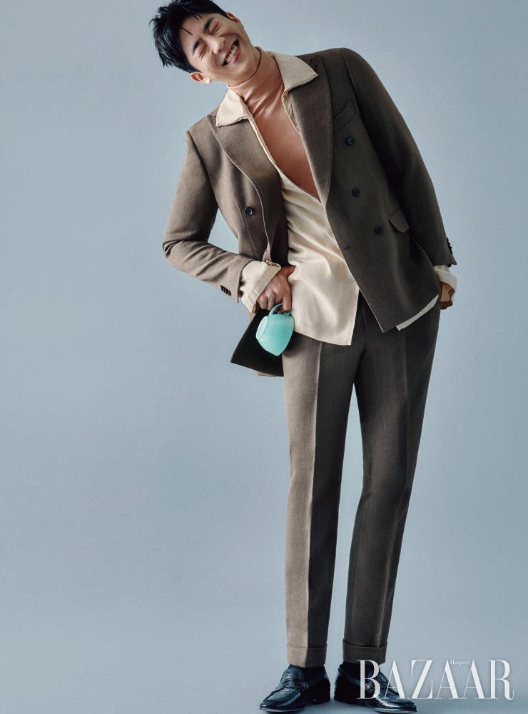 더블 브레스트 수트는 Man On The Boon. 터틀넥, 집업 셔츠는 모두 Lemaire. 로퍼는 스타일리스트소장품.