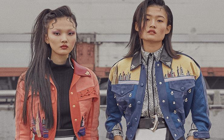 복고적인 동시에 미래적인 옷을 입은 소녀들.
