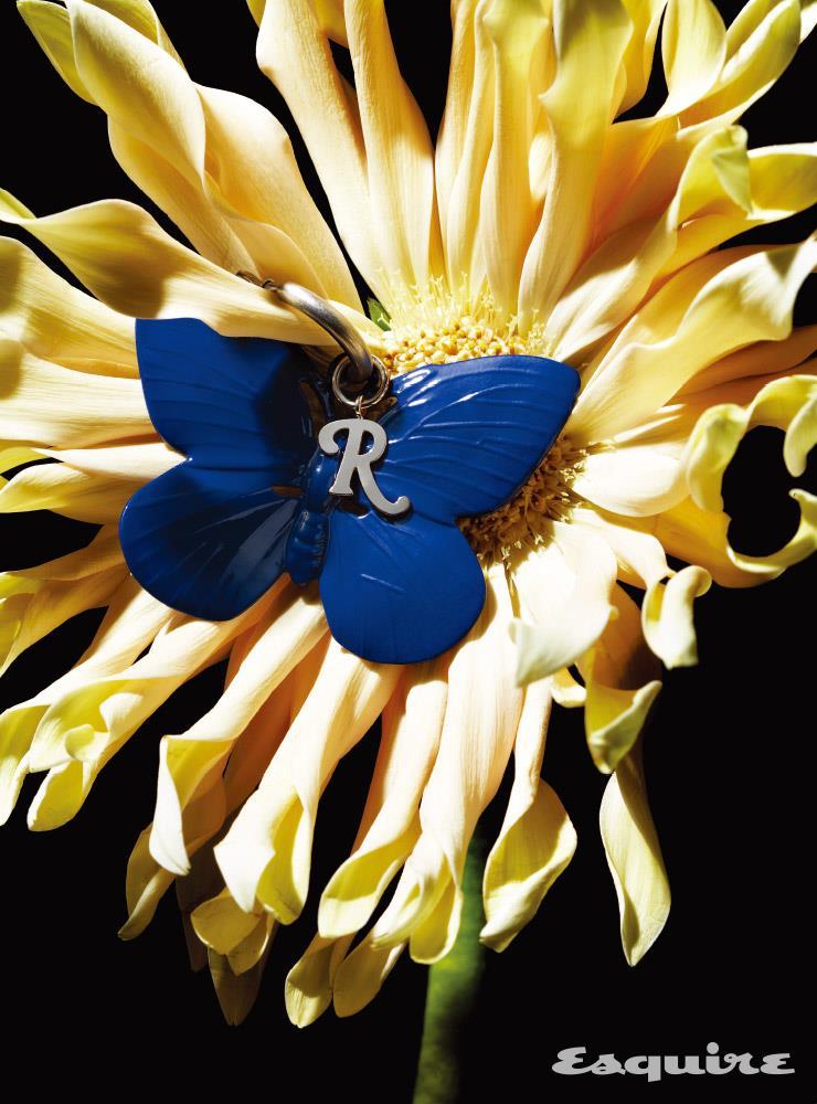 실버 브론즈에 푸른 에나멜을 입힌 나비 모양 참 16만원대 라프 시몬스 by 미스터포터.