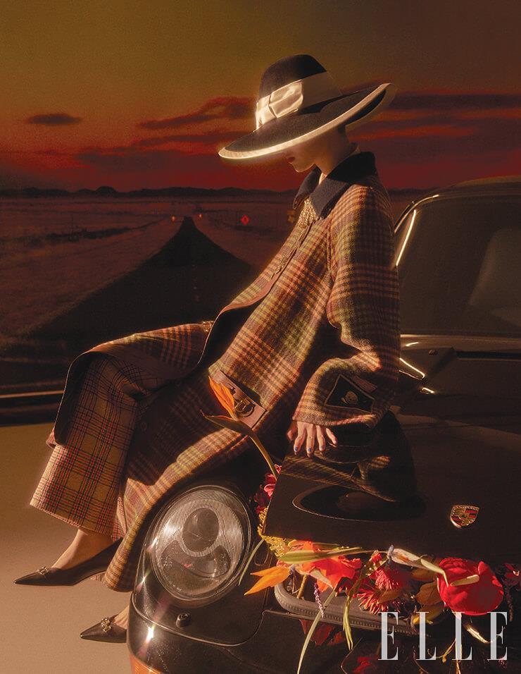 클래식한 체크 패턴 코트와 팬츠, 키튼 힐, 리본 장식의 펠트 햇, 브로치로 연출한 골드 네크리스는 모두 Gucci.