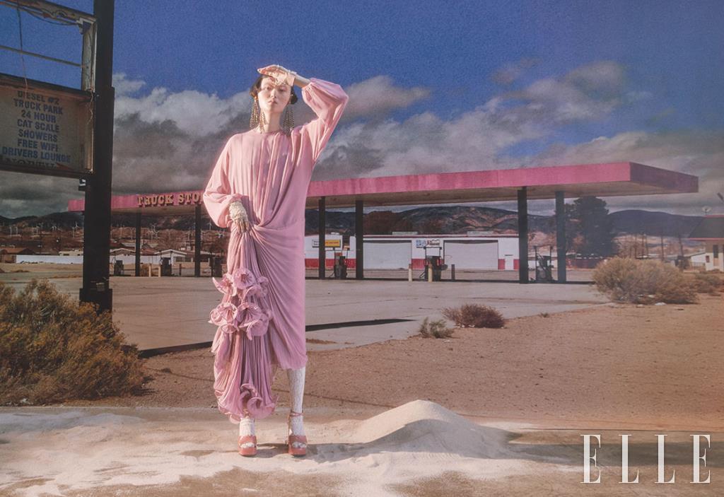 섬세한 플리츠 주름이 잡힌 시어 드레스와 샹들리에 모티프의 드롭 이어 커프, 비즈 장식의 글러브, 레이스 타이츠, 오픈 토 힐은 모두 Gucci.