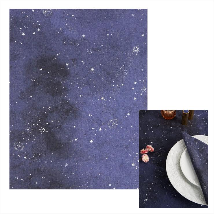 별이 빛나는 밤하늘을 담아 신비한 분위기를 연출할 수 있는 테이블클로스.