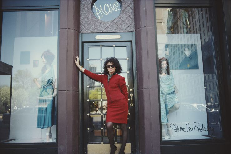 뉴욕 플래그십 스토어 앞에서, 다이앤본 퍼스텐버그. 1987년. @게티이미지