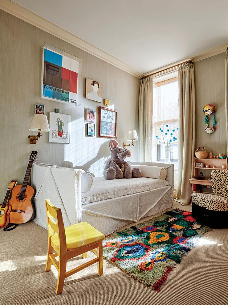 빈티지 느낌의 퀼트 원단을 씌운 소파 베드가 놓인 아이들 방. 파인 페인츠 오브 유럽의 '반고흐 옐로' 색상 페인트로 칠한 의자와 발라드 디자인스의 의자가 마주보고 있다. 러그는 오리엔탈 러그 바자의 제품.