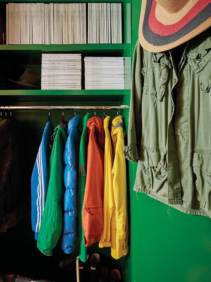 유명 페인트 업체 파인 페인츠 오브 유럽의 '보틀 그린' 색상 페인트로 칠한 아이들 방의 옷장.