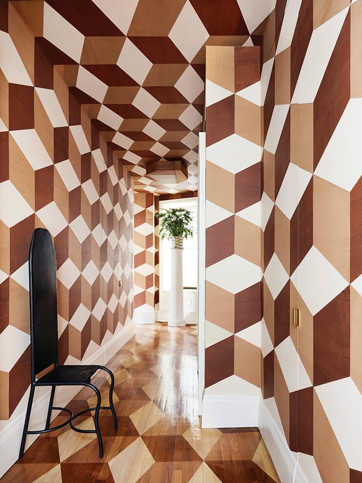 카이호이가 디자인하고 색칠한 패턴으로 꾸민 현관 복도. 도형의 면마다 명암을 달리해 입체적인 효과를 불러일으킨다. 벽에 놓인 철제 의자는 스테어 갤러리 경매에서 구입한 것.