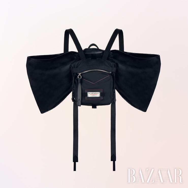 백팩은 2백23만원 Givenchy.