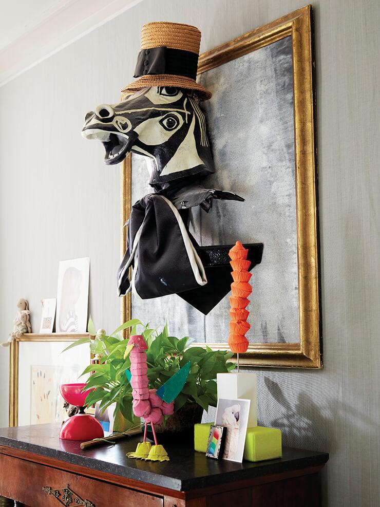 벽에 걸린 말 조각상은 카이호이의 작품으로 파블로 피카소의 걸작 <게르니카>에서 영감을 받아 만들었다.