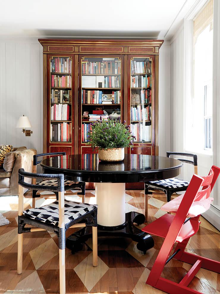 다이닝 공간의 마호가니 식탁과 뒤편에 보이는 장식장은 각각 허터 옥션 갤러리와 크리스티 경매를 통해 구입한 것. 식탁을 에워싼 세 개의 의자는 스웨덴 유리공예가 잉에게르드 라만이 디자인한 이케아 제품이다. 빨간 어린이용 의자는 스토케 제품.