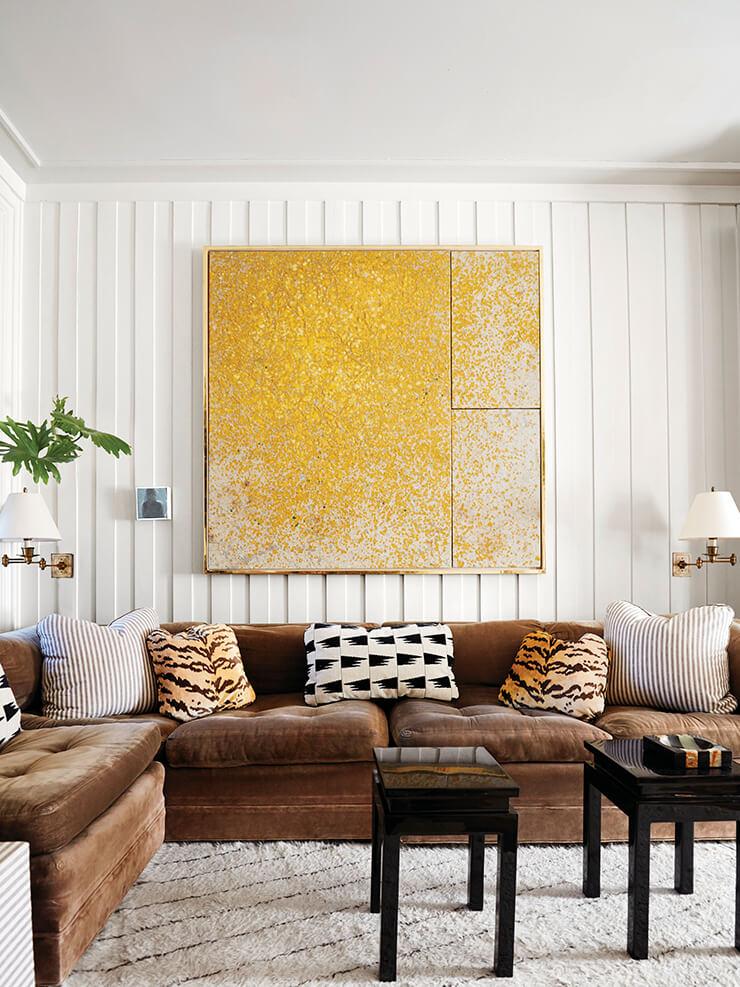 뉴욕 이스트 빌리지에 있는 카이호이의 아파트 거실. 그가 패브릭 업체 슈마허와 함께 디자인한 독특한 패턴의 쿠션을 포함, 개성 있는 쿠션들이 빈티지 소파 위에 놓여 있다. 벽에 걸린 커다란 회화 그림은 카이호이의 작품.
