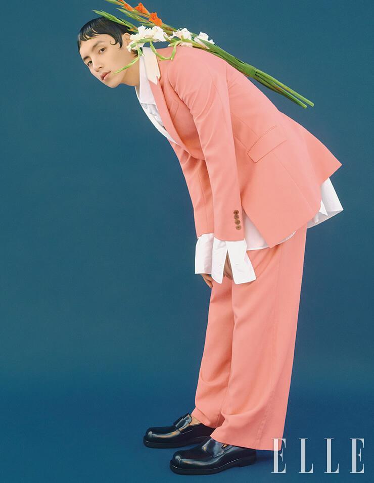 오버사이즈 셔츠와 샐먼 핑크 수트는 가격 미정, 모두 Loewe. 스퀘어 토 로퍼는 1백16만원, Bottega Veneta.