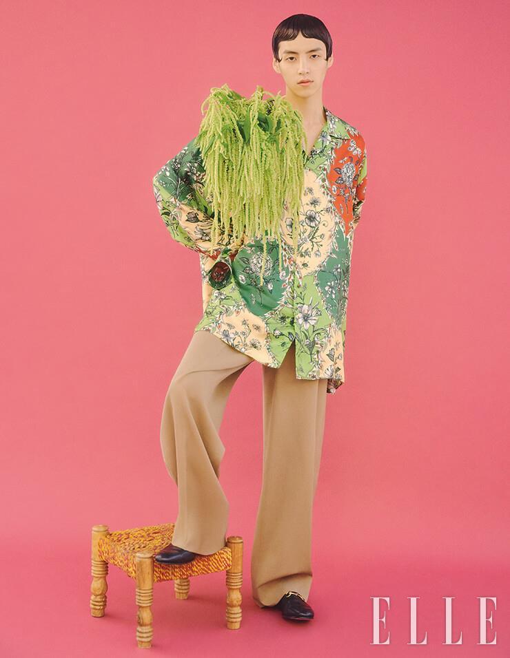 플라워 프린트 셔츠는 2백10만원, 하이웨이스트 팬츠는 1백71만원, 로퍼는 84만원, 모두 Gucci.
