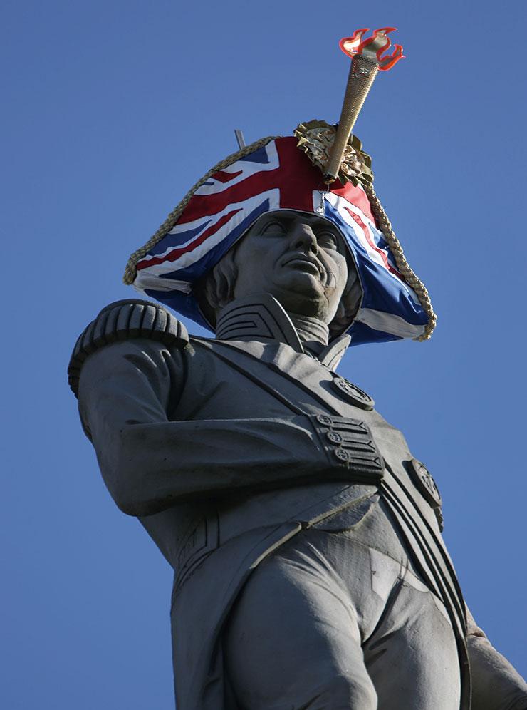 런던 내 역사적인 동상 21개에 모자를 씌운 사이몬스의 '햇워크' 프로젝트.
