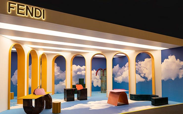 펜디와 쿠엥 카푸토의 합작품 로만 몰드 컬렉션을 확인하기 위해 2019 디자인 마이애미 펜디 부스를 찾았다. 그 현장에서 실비아 벤추리니 펜디와 쿠엥, 카푸토도 직접 만났다.