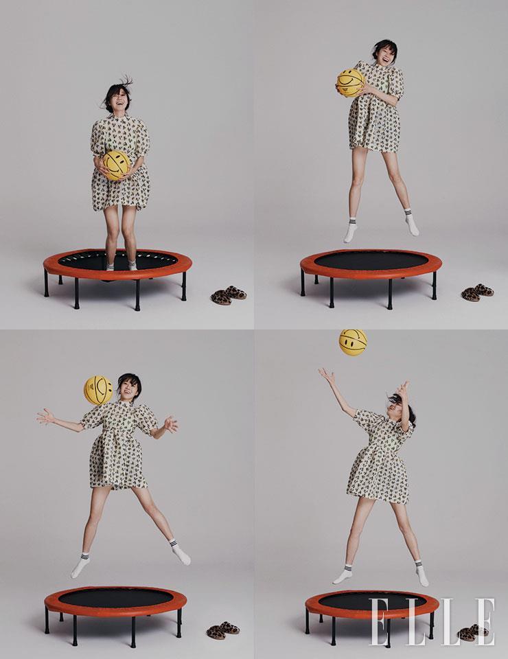 플라워 패턴의 미니드레스는 Cecilie Bahnsen by 10 Corso Como Seoul. 양말은 스타일리스트 소장품.