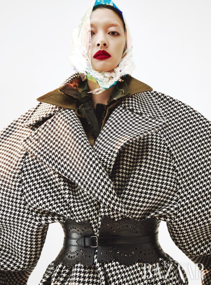 코트는 Balenciaga. 셔츠 드레스는 1백85만원 Jacquemus by 10 Corso Como. 카무플라주 셔츠는 Dior. 벨트는 1백98만원 Alaia by 10 Corso Como.