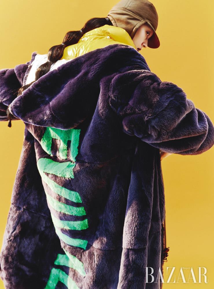 퍼 코트는 4백80만원, 트래퍼 모자는 57만원 모두 Yves Salomon. 패딩 베스트는 85만원 Duvetica.