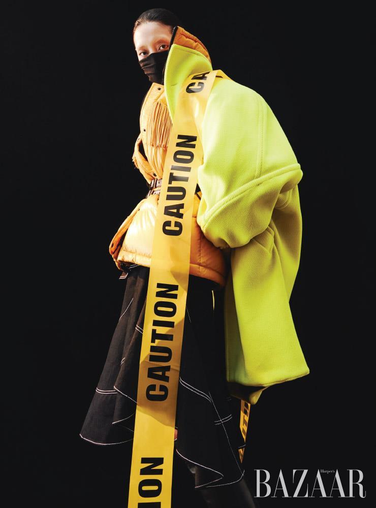코트는 Balenciaga. 프린지 장식 패딩은 3백19만원 3 Moncler Grenoble. 드레스는 3백50만원, 벨트는 1백19만원 모두 Alexander McQueen. 마스크로 활용한 스카프는 Louis Vuitton. 롱 부츠는 Celine by Hedi Slimane.