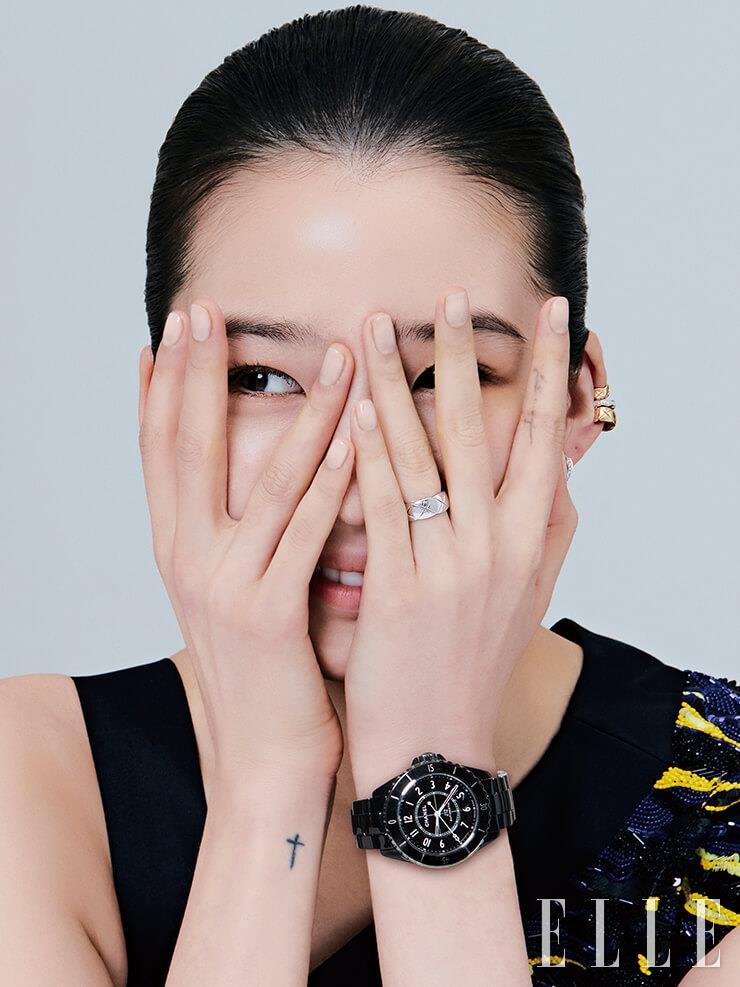 블랙 래커 다이얼과 글로시한 세라믹 브레이슬렛의 세련된 조합이 돋보이는 J12 워치, 화이트골드 소재의 코코 크러쉬 스몰 링, 다이아몬드가 장식된 코코 크러쉬 이어링과 이어커프는 모두 Chanel Watches & Fine Jewelry.