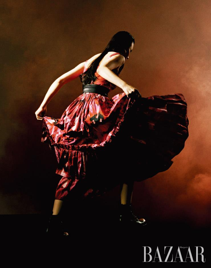 드레스는 가격 미정, 벨트는 1백19만원 모두 Alexander McQueen. 귀고리는 가격 미정 Fendi. 워커 부츠는 2백만원대 Louis Vuitton.