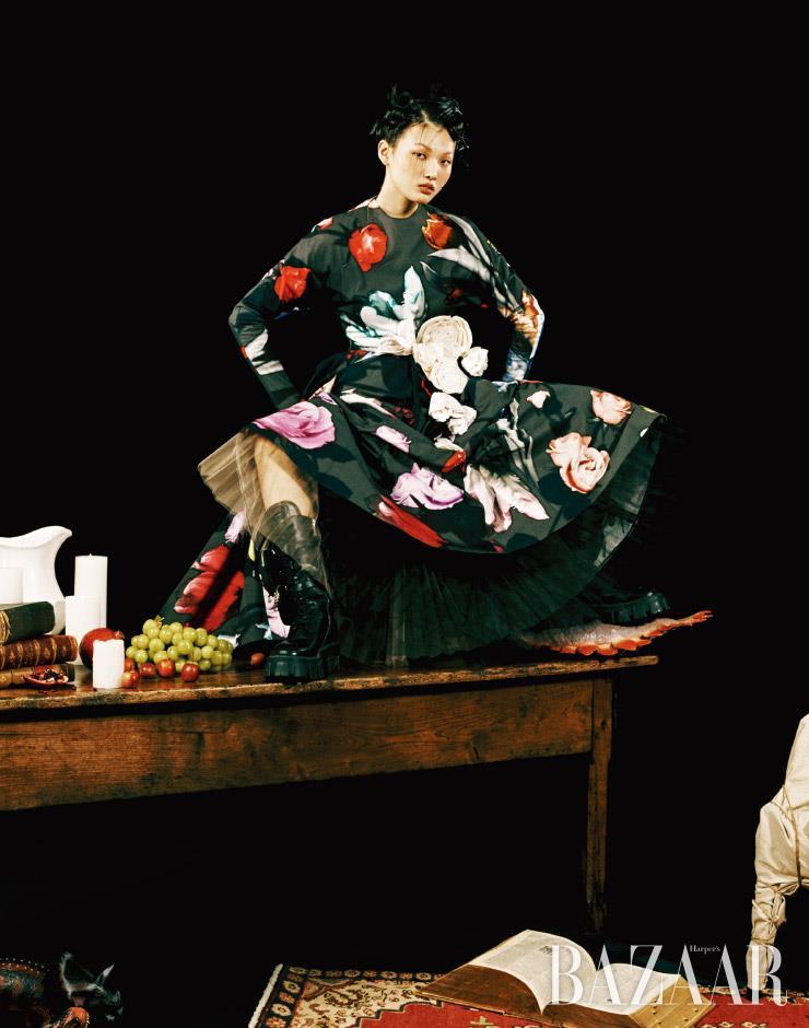 입체적인 꽃 코르사주 장식의 드레스, 워커 부츠는 모두 가격 미정 Prada. 이너로 입은 튤 스커트는 가격 미정 Miss Gee Collection.