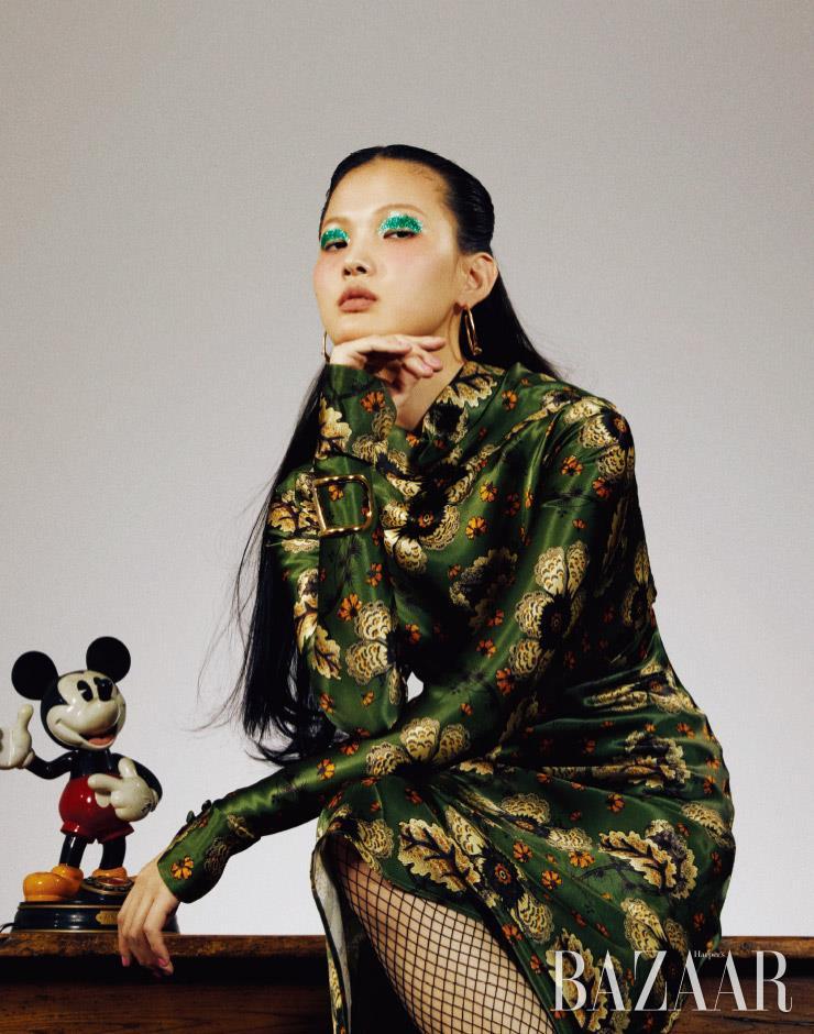 비스코스 소재의 드레스는 2백10만원 Etro. 귀고리는 14만2천원 1064 Studio. 로고 팔찌는 61만원 Valentino Garavani. 망사 스타킹은 에디터 소장품.