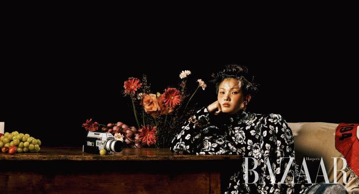 장미 프린트의 터틀넥, 파자마 팬츠, 귀고리, 팔찌는 모두 가격 미정 Balenciaga. 의자에 걸친 목 장식은 6백만원 Gucci.