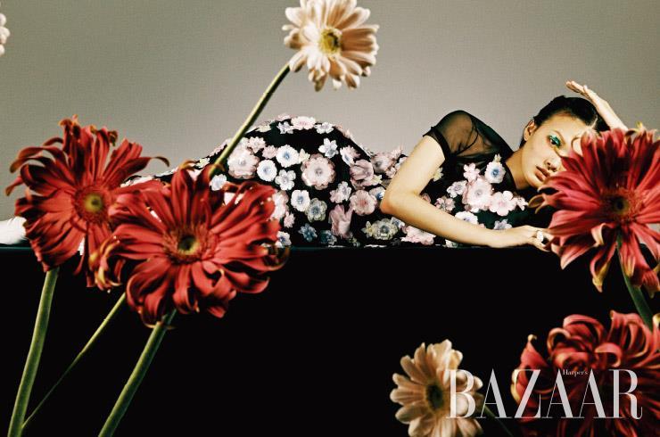 입체적인 플라워 장식이 더해진 드레스, 부츠는 가격 미정 Chanel. 반지로 연출한 진주 귀고리는 가격 미정 Givenchy.