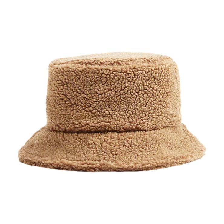 버킷 해트 2만9천원 망고.→ 시어링 모자는 포인트 액세서리로 제격이다.