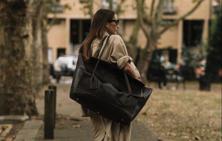 가방에 잡동사니 가득한 맥시멀리스트에게 필요한 XL 사이즈 가방. 스트리트 퀸들은 어떻게 들었나 살펴볼까요?